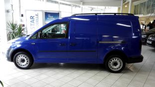 Blau folierter VW Caddy